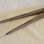 Compás de madera. Usado por los artesanos ferroviarios. Ferrocarril General San Martín / Wooden compass. Used by railway craftsmen. General San Martín Railway