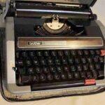 Máquina portátil para escribir. Ferrocarril General San Martín / Portable typewriter. General San Martín Railway
